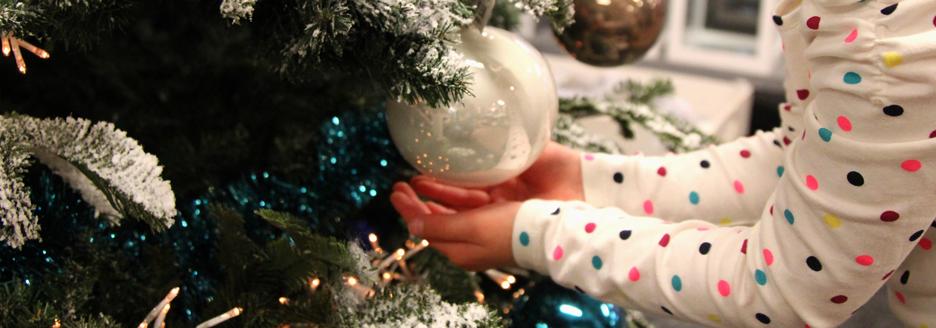 handjes-bij-kerstbal