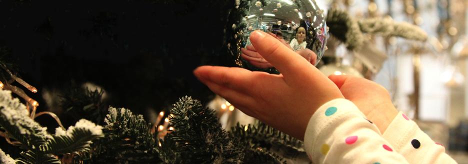 handjes-bij-kerstbal2